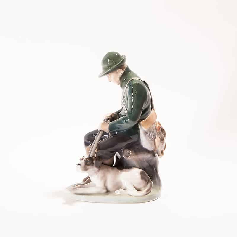 Фарфоровая скульптура «Охотник с ружьём и собакой»
