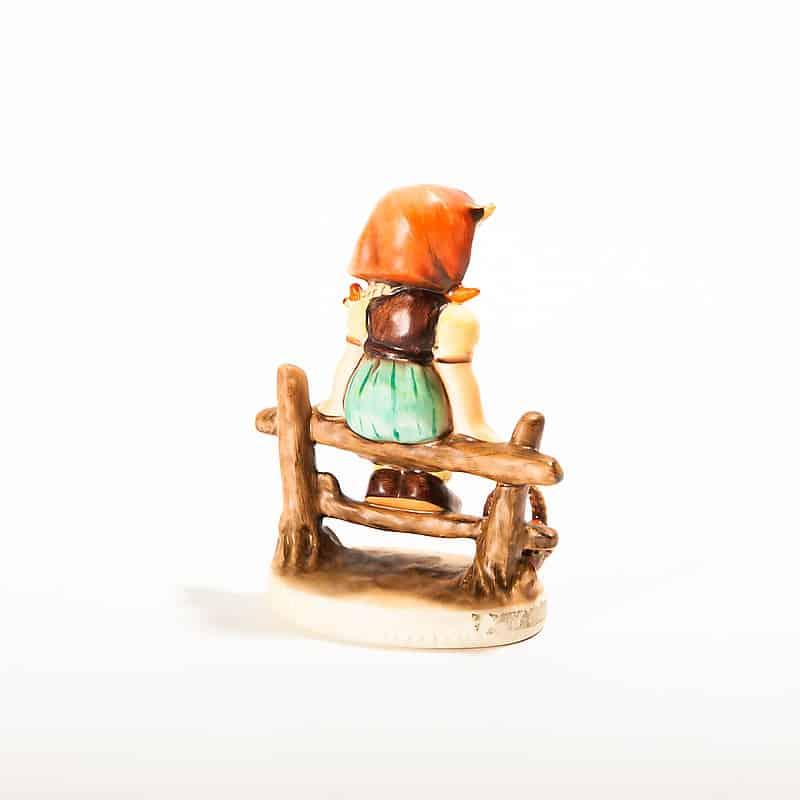 Фарфоровая статуэтка «Девочка на заборе»