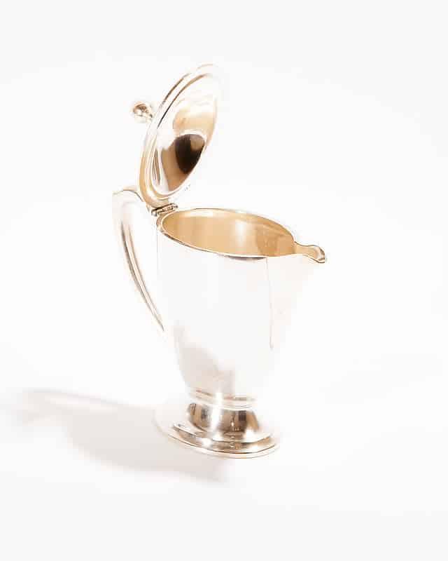 Серебряный молочник с крышкой