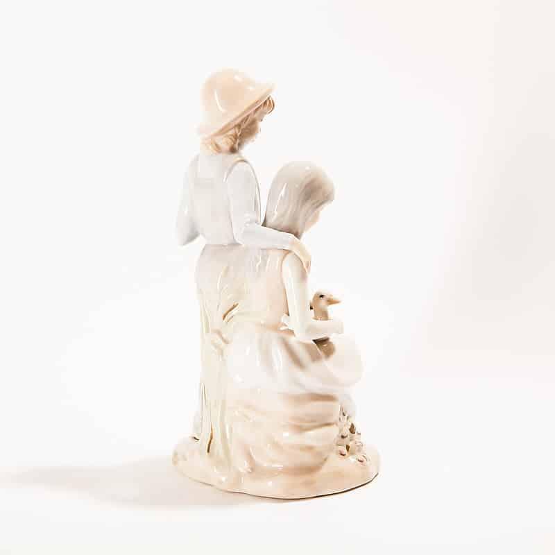 Фарфоровая статуэтка «Девушки с уткой»