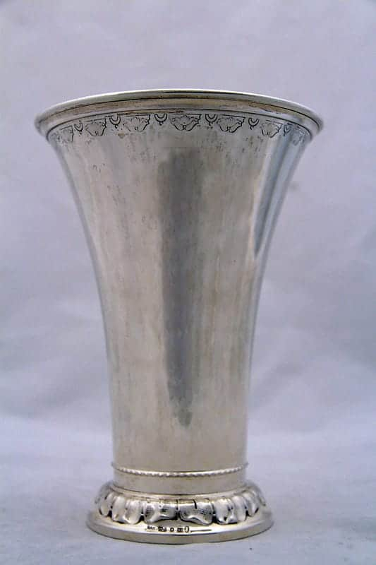 Ваза серебряная с орнаментом по краю
