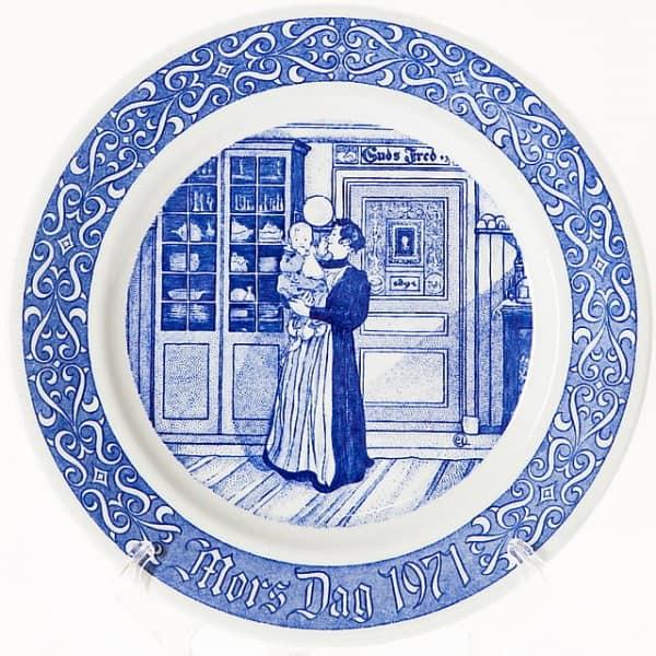 Фарфоровая тарелка «Младенец на руках у матери»