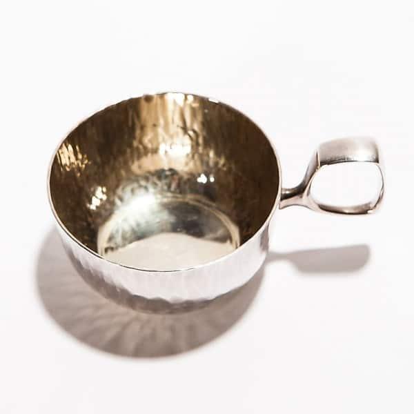 Серебряная чашка с ручкой
