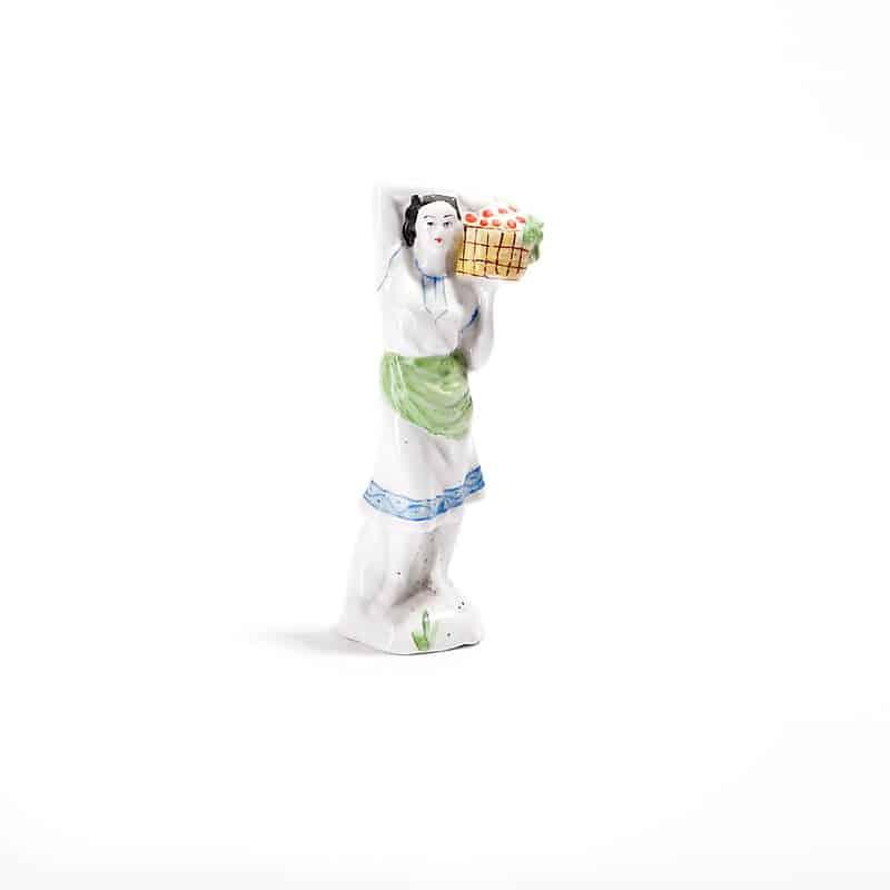 Фарфоровая статуэтка «Девушка с корзиной»
