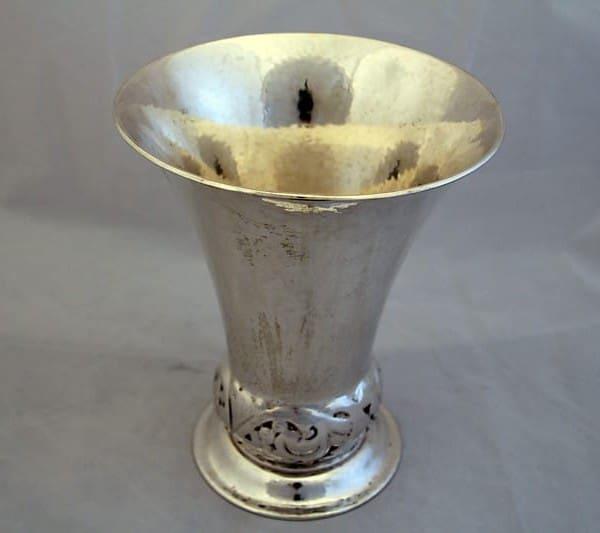 Большая серебряная ваза с цветочным орнаментом