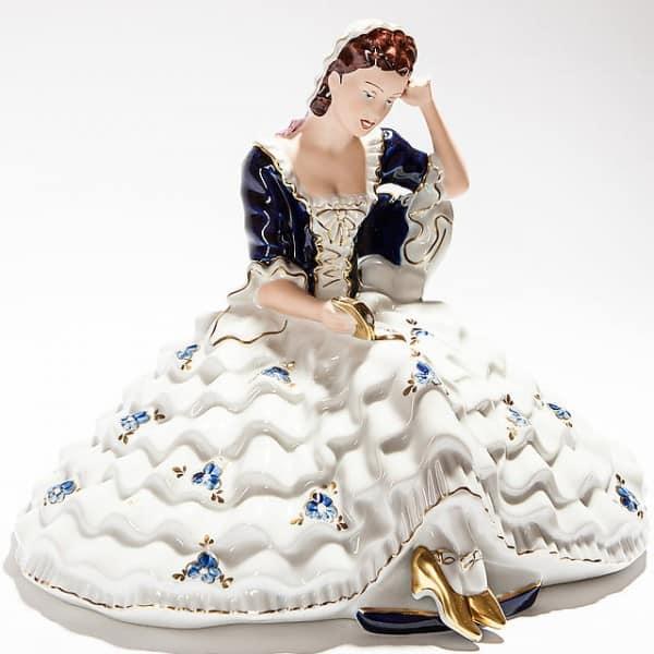 Фарфоровая статуэтка «Девушка за чтением»