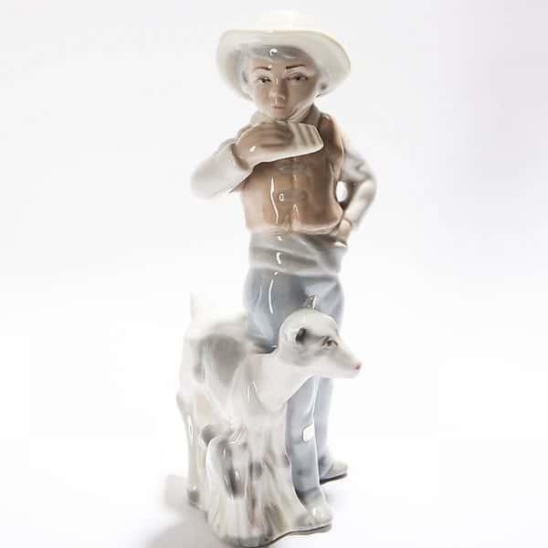 Фарфоровая статуэтка «Парнишка скозой икозлёнком»