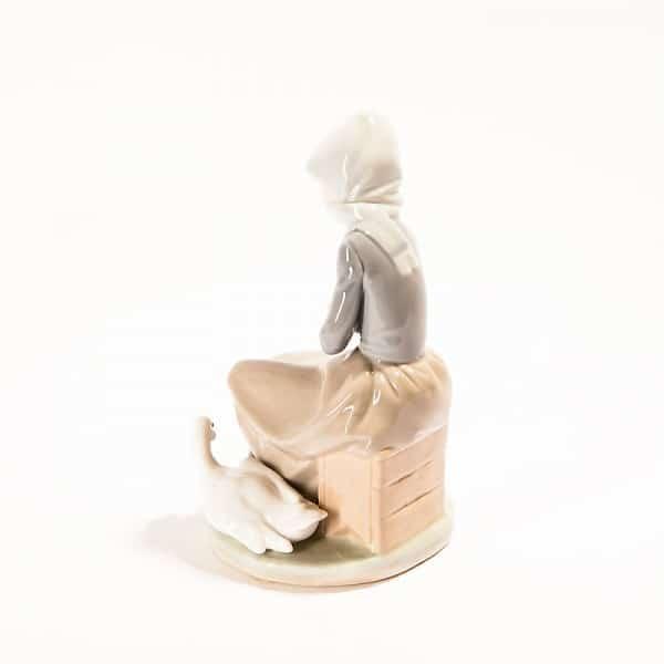 Фарфоровая статуэтка «Девушка с корзинкой и утками»