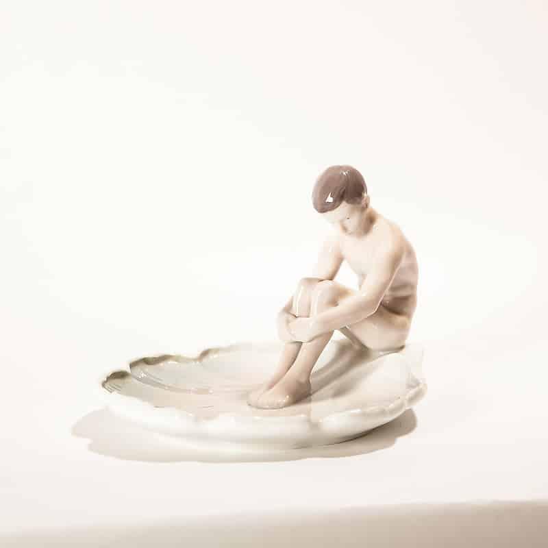 Фарфоровая модель «Мальчик на раковине»