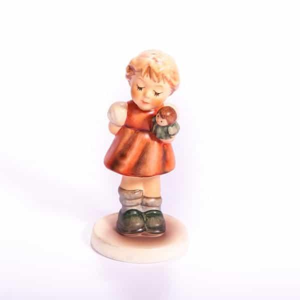 Фарфоровая статуэтка «Девочка с куклой»