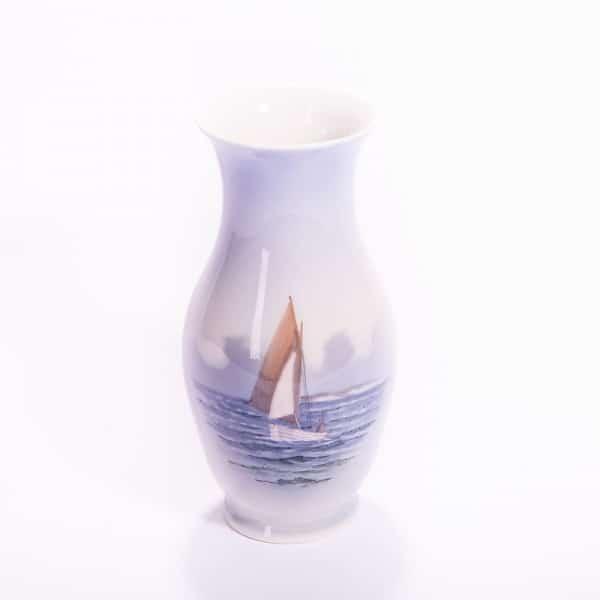 Фарфоровая ваза с парусной лодкой и птицами