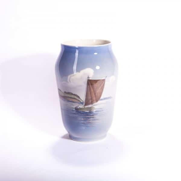 Фарфоровая ваза «Парусная лодка»