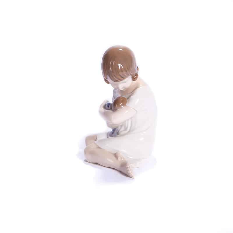 Фарфоровая статуэтка «Девочка сидит с куклой»