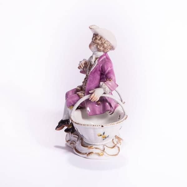 Фарфоровая статуэтка «Паж на корзинках»