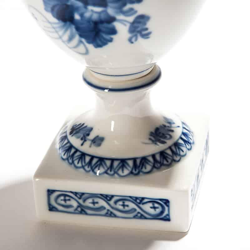 Фарфоровая амфора с синими цветами