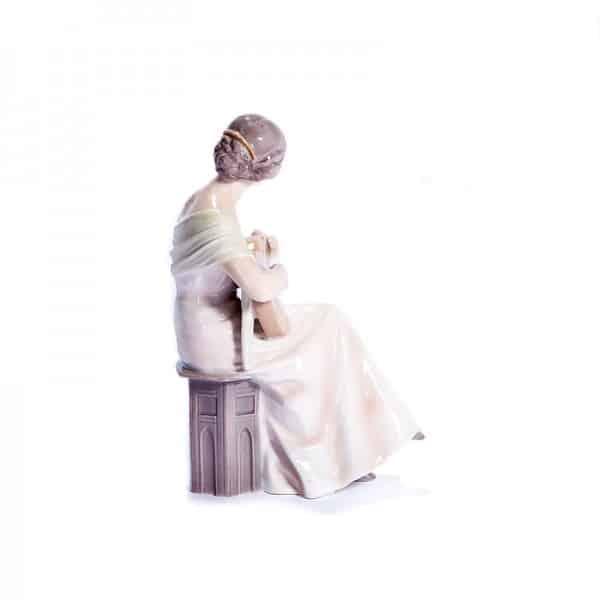 Фарфоровая статуэтка «Дама с гитарой»