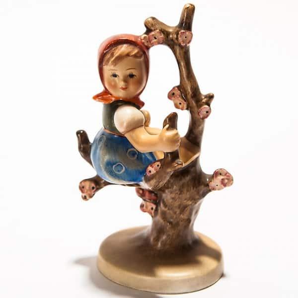 Фарфоровая статуэтка «Девочка наяблоне»