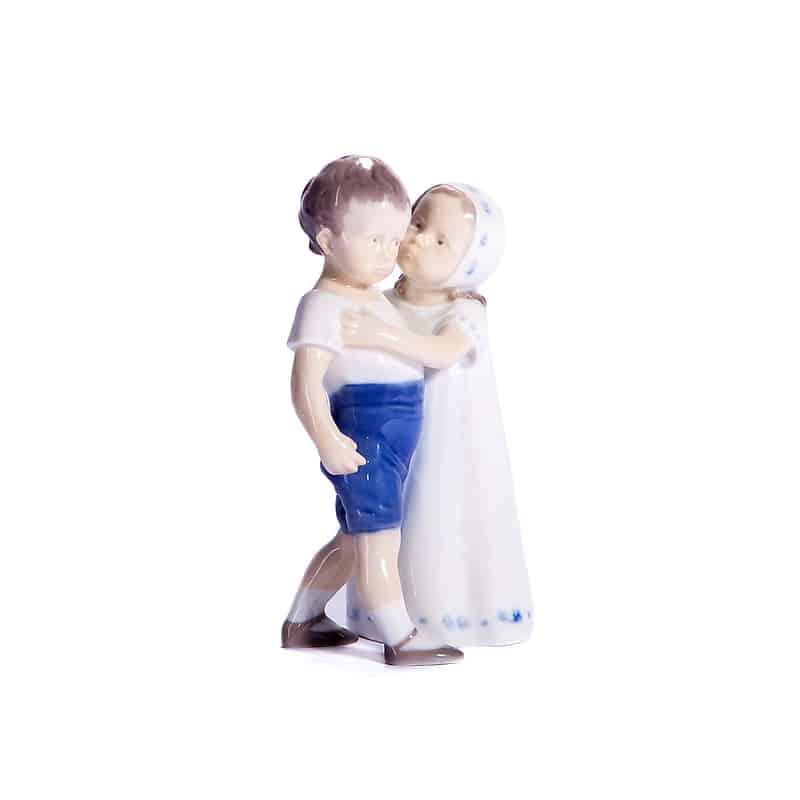 Мальчик и девочка обнимаются