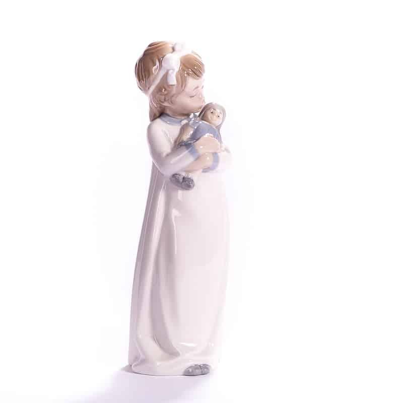 Фарфоровая статуэтка Девочка с куклой