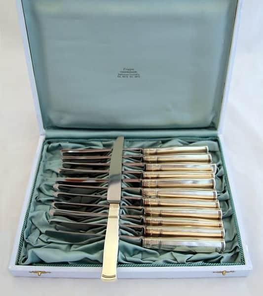 Набор серебряных ножей, вилок и ложек