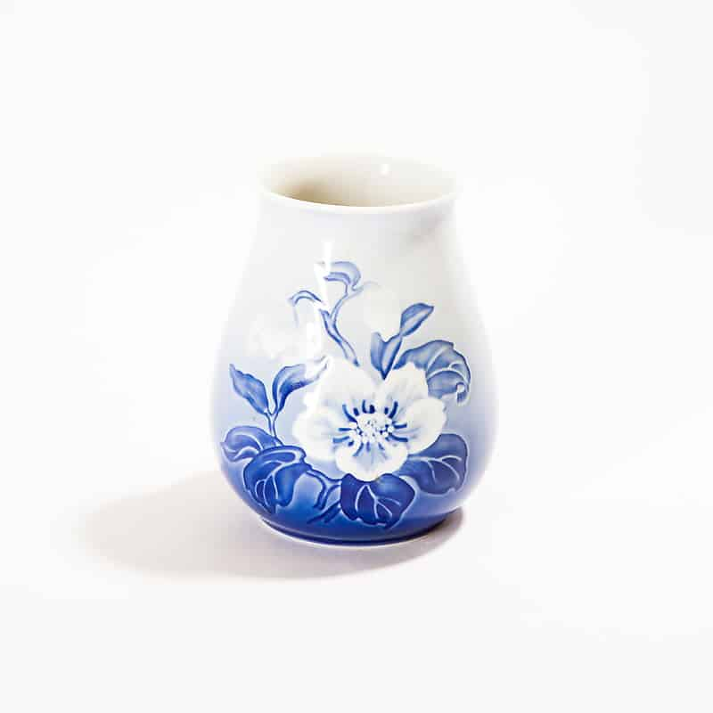 Фарфоровая ваза с цветами