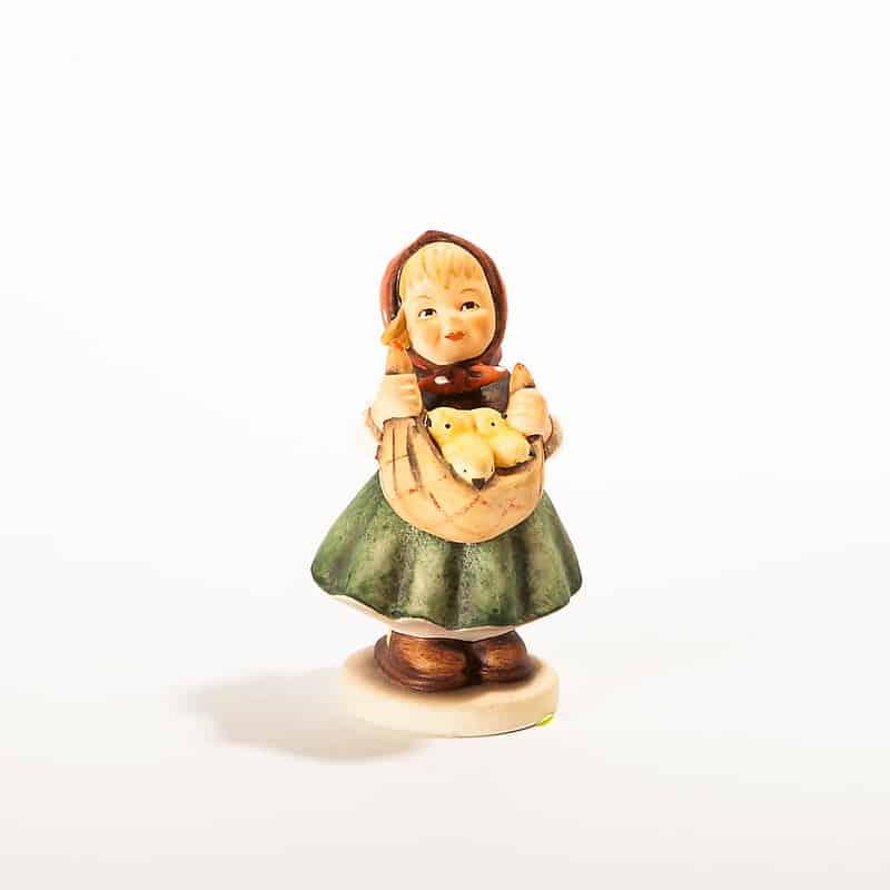 Фарфоровая статуэтка «Девочка с кошёлкой цыплят»