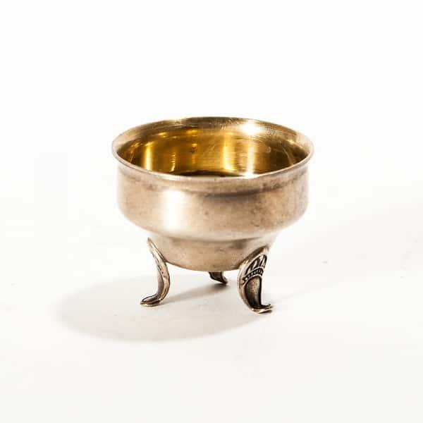Серебряная солонка на ножках
