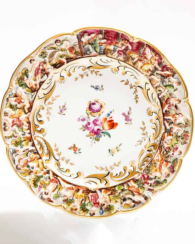 Фарфоровая тарелка сбарельефным античным сюжетом