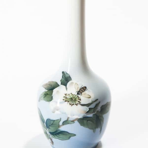 Фарфоровая ваза «Пчела опыляет цветок»