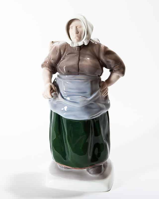 Фарфоровая статуэтка «Рыбачка с коробом»