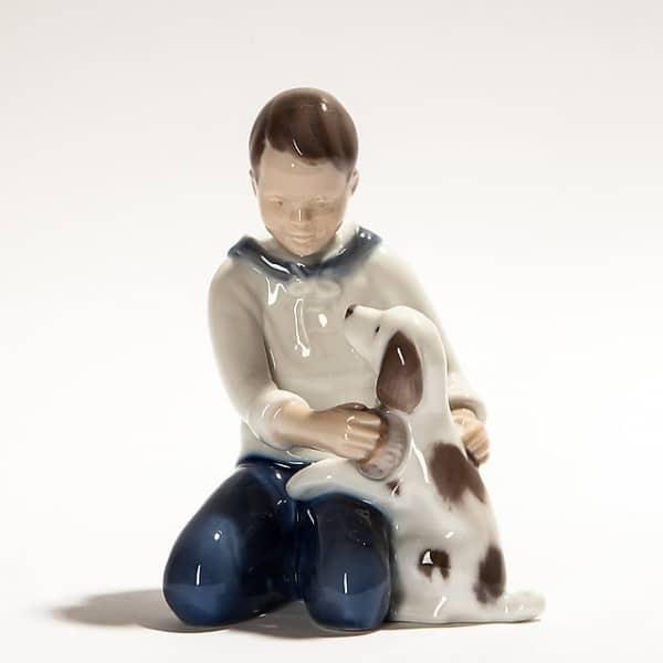 Фарфоровая статуэтка «Мальчик с собакой»