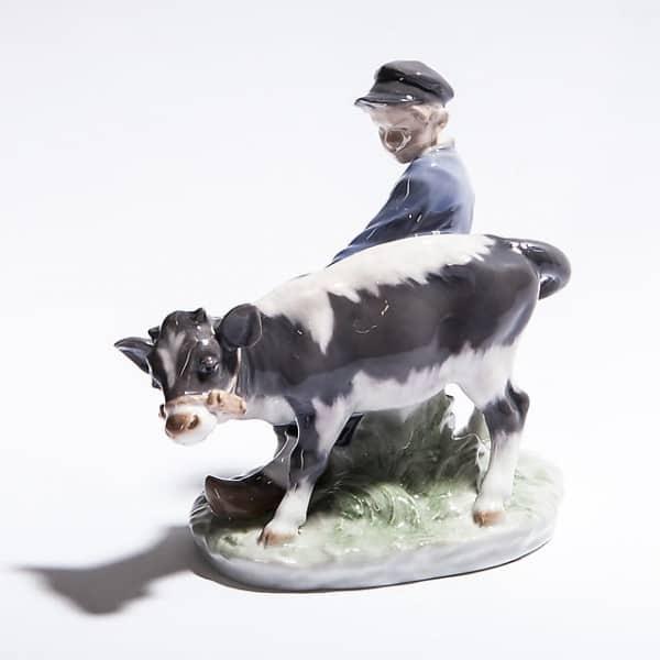 Фарфоровый «Парень с телёнком»
