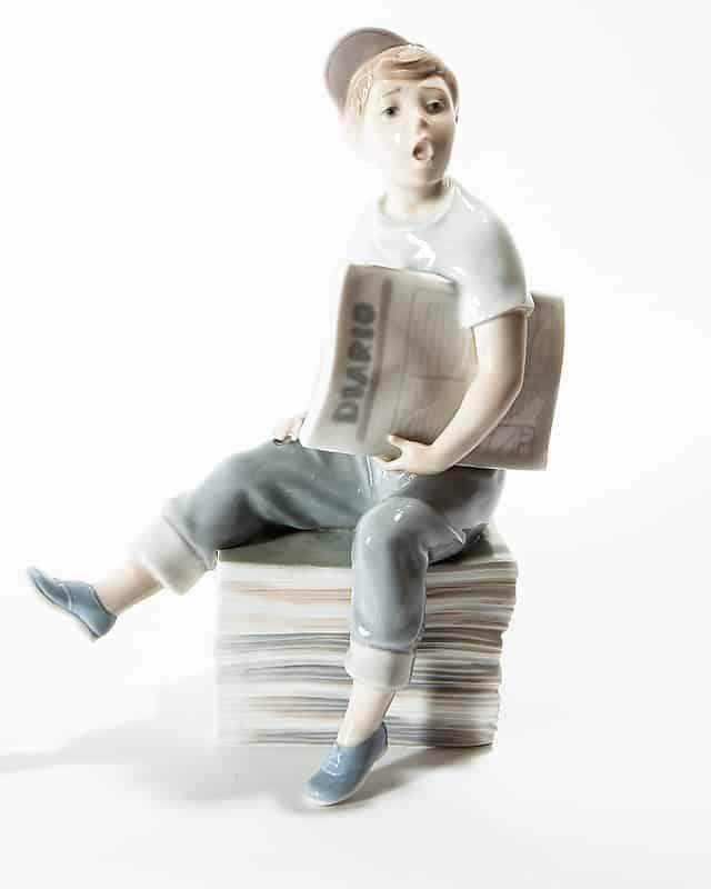 Фарфоровая статуэтка «Мальчик с газетами»
