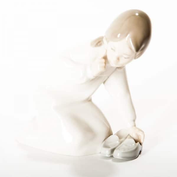 Фарфоровая статуэтка «Девочка с тапками»