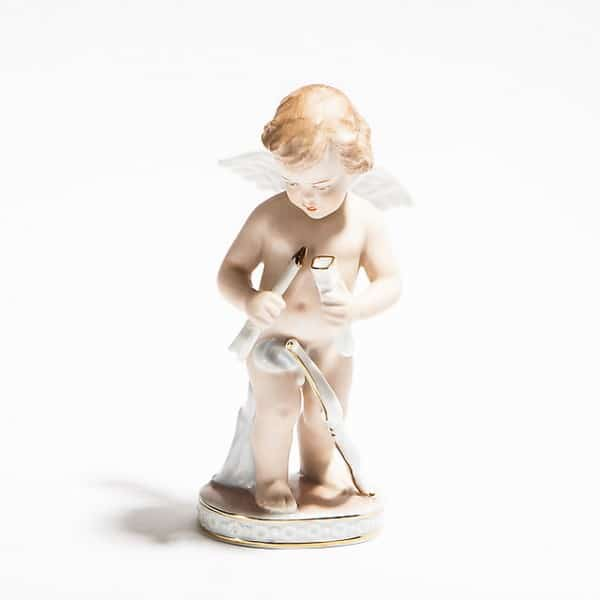 Фарфоровая статуэтка «Амур слуком истрелой»