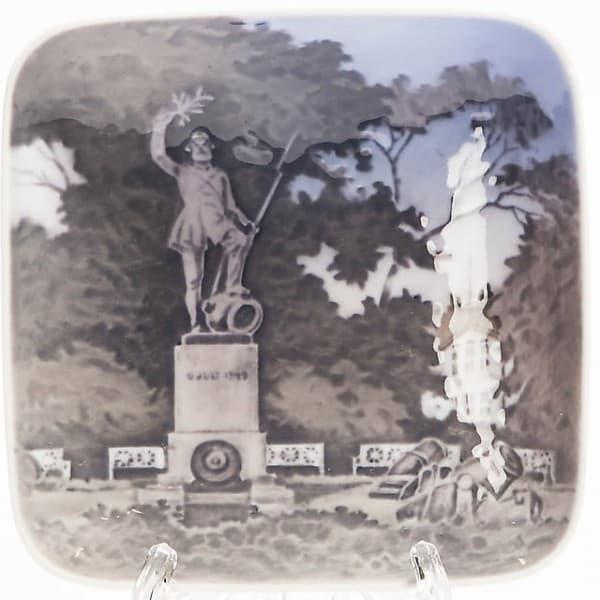 Фарфоровая плакетка «Памятник неизвестного солдата воФредерисии»