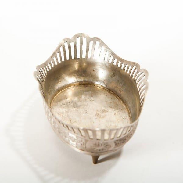 Серебряная конфетница на ножках