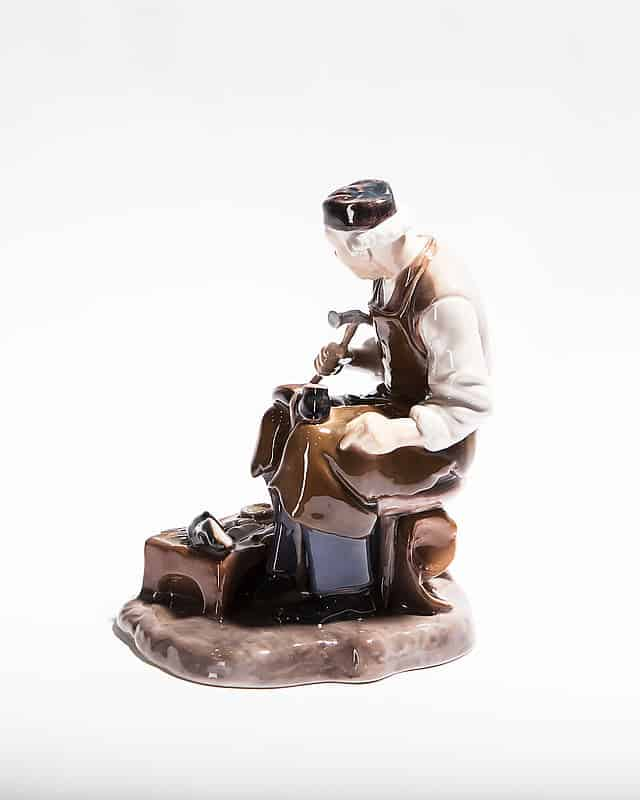 Фарфоровая статуэтка «Сапожник»