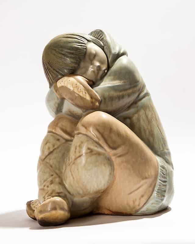 Фарфоровая статуэтка «Спящий мальчик-эскимос»