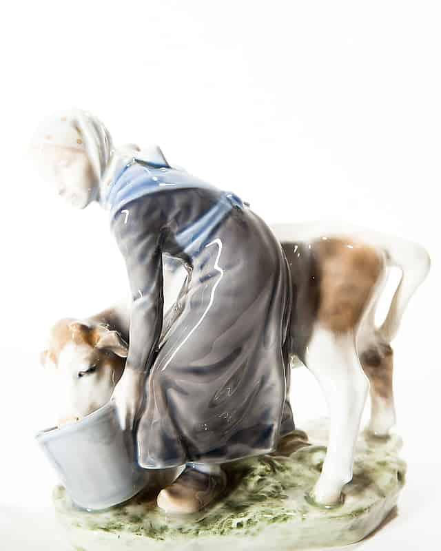 Фарфоровая скульптура «Девушка с теленком»