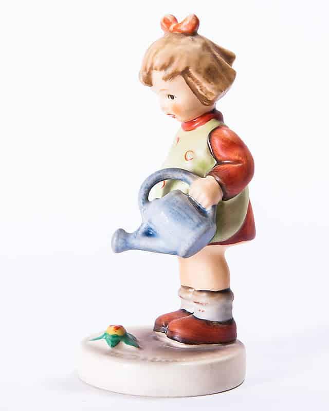 Фарфоровая статуэтка «Девочка с лейкой»