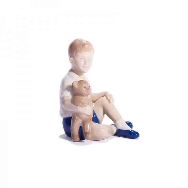 Фарфоровая статуэтка «Мальчик с медведем»