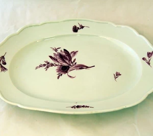 Овальное блюдо с цветочным орнаментом