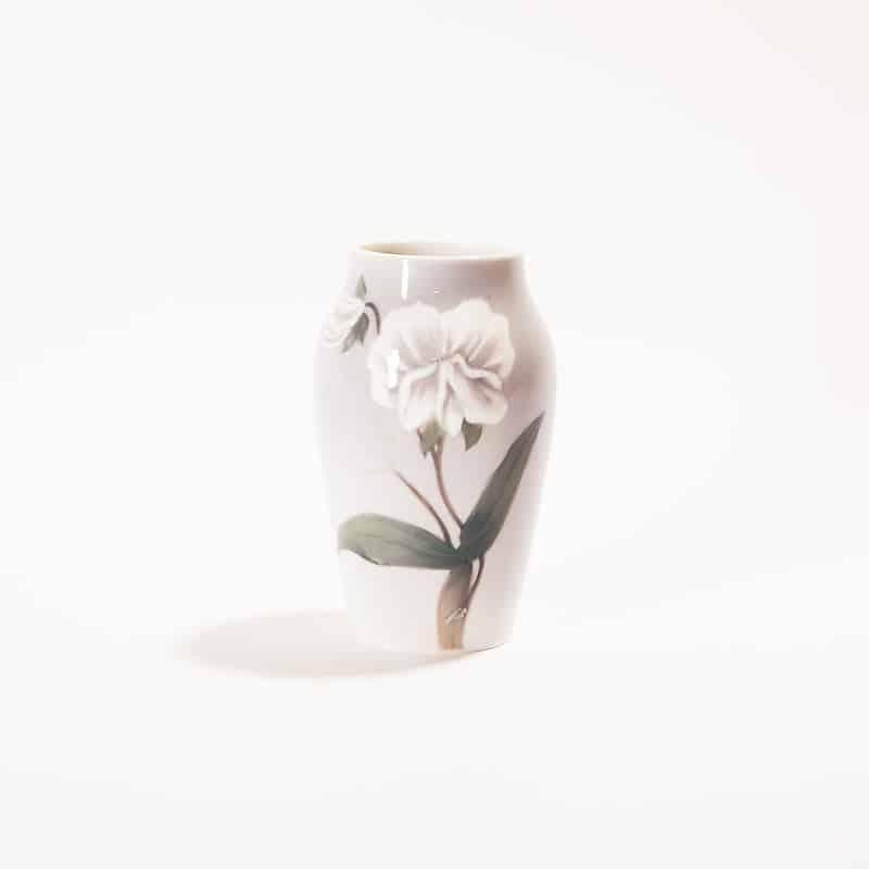 Фарфоровая ваза с белым цветком