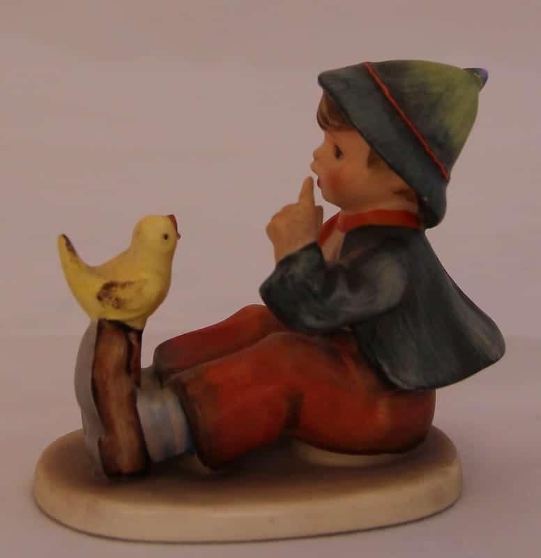 Мальчик с цыпленком