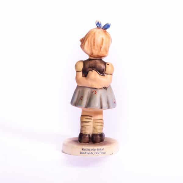 Фарфоровая статуэтка Девочка с синим бантом