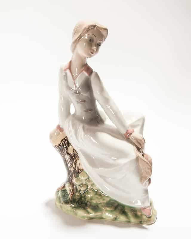 Фарфоровая статуэтка «Девушка напеньке»