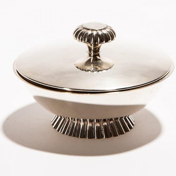 Серебряная чашка с крышкой