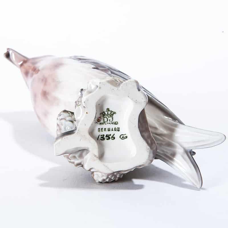 Фарфоровая статуэтка «Клёст на шишках»