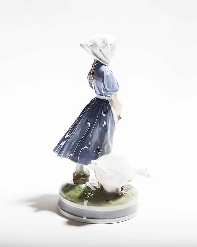 Фарфоровая статуэтка «Девочка сгусем»